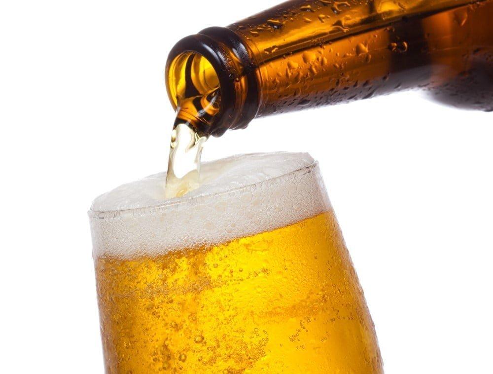 Øl fra en julekalender hældes i glas